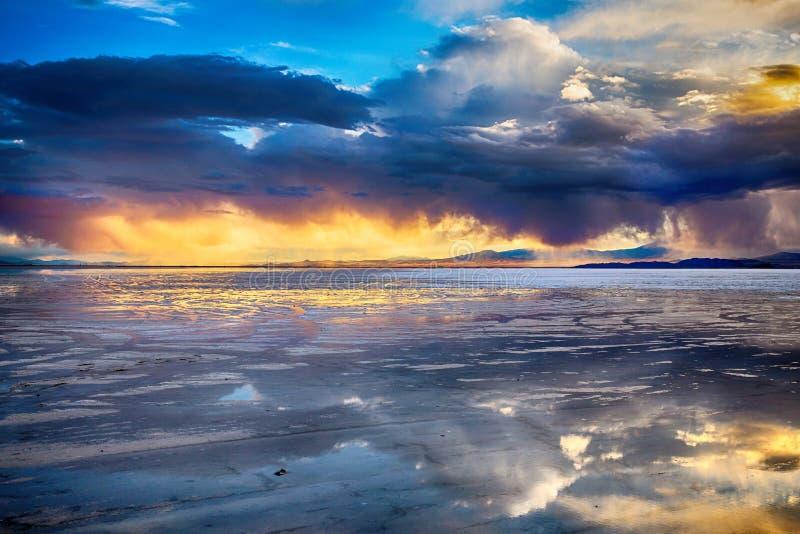Zonsondergang in bonneville zoute vlakten stock fotografie
