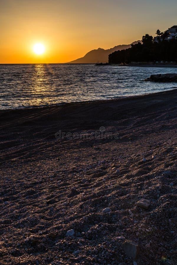 Zonsondergang boven Adriatische overzees-Makarska Riviera, Kroatië royalty-vrije stock afbeelding