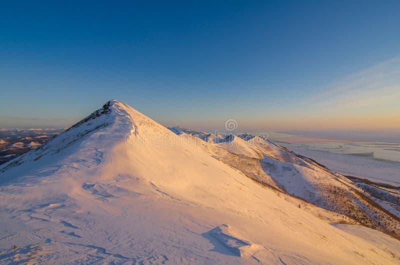 Zonsondergang boven de bergen op het eiland van Sakhalin royalty-vrije stock fotografie