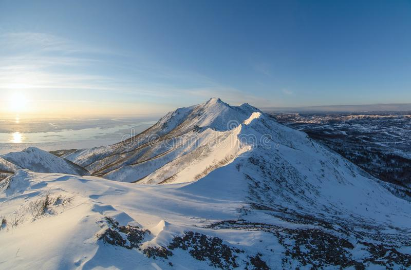 Zonsondergang boven de bergen op het eiland van Sakhalin stock afbeelding