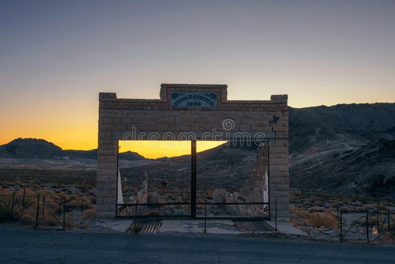 Zonsondergang boven de bouwruïnes in Ryoliet, Nevada royalty-vrije stock afbeelding