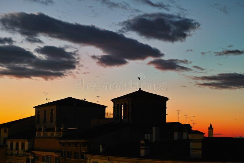 Zonsondergang boven de daken mediterrane atmosfeer stock afbeeldingen