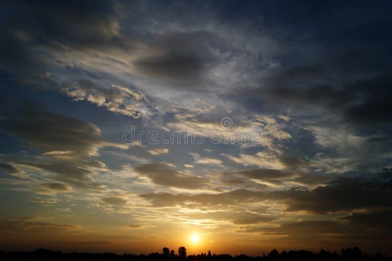 Zonsondergang boven de horizon stock afbeeldingen