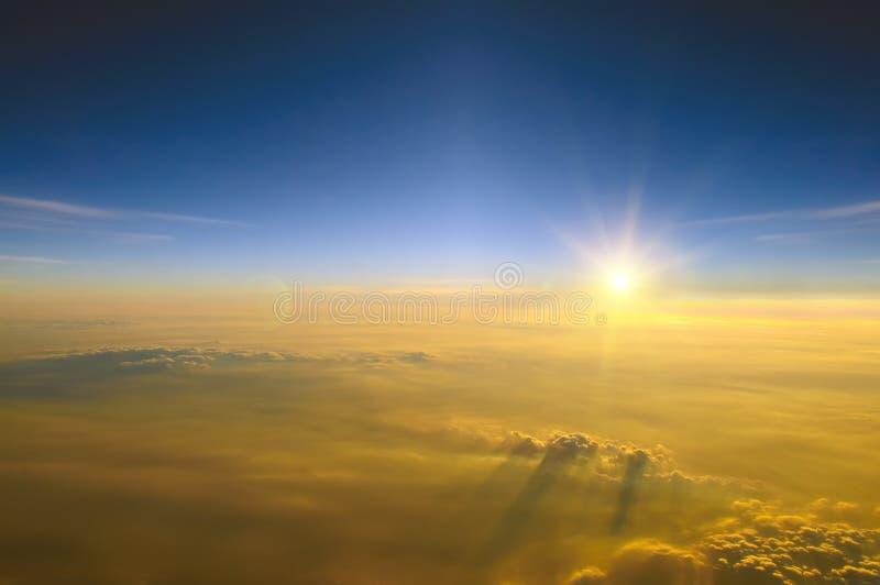 Zonsondergang boven de wolken royalty-vrije stock foto's