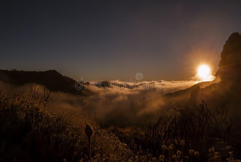 Zonsondergang - boven de Wolken stock afbeeldingen