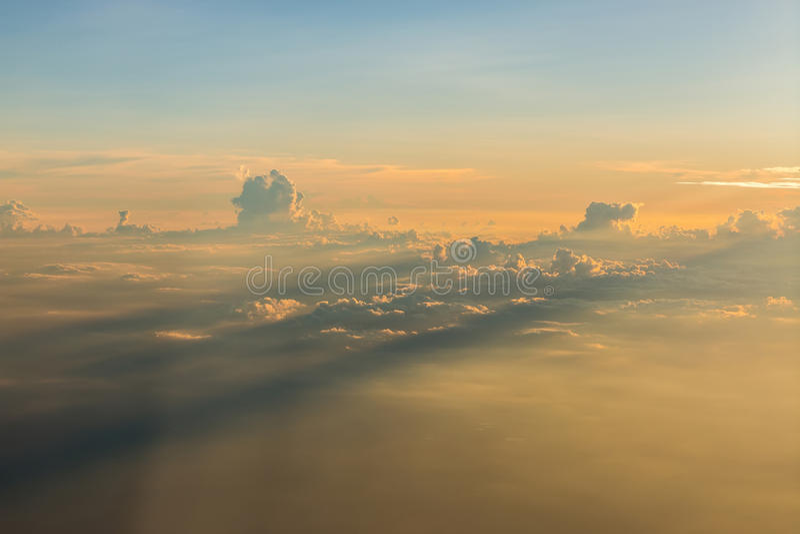 Zonsondergang boven de wolken stock fotografie