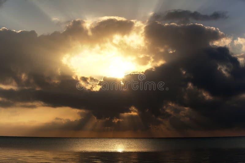Zonsondergang boven gezien overzees stock foto's