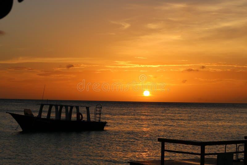 Zonsondergang boven het Caraïbische overzees royalty-vrije stock afbeelding