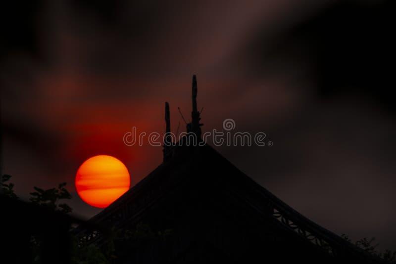 Zonsondergang boven het huis royalty-vrije stock foto