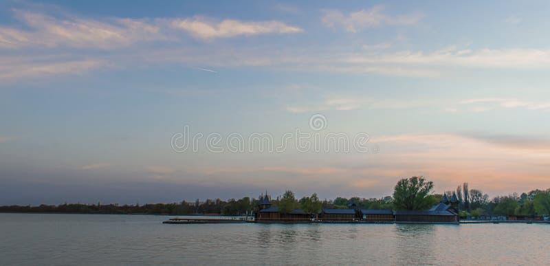 Zonsondergang boven het meer stock afbeelding