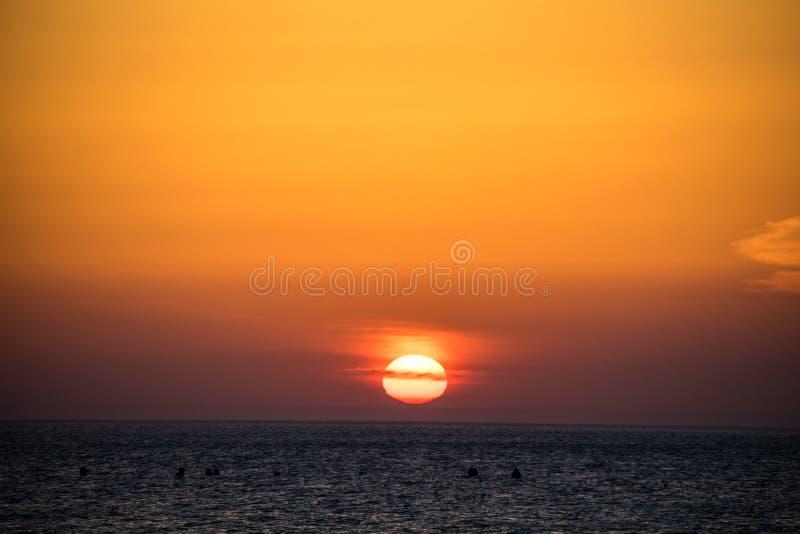 Zonsondergang boven het overzees royalty-vrije stock afbeeldingen