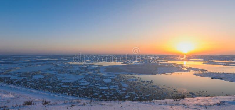 Zonsondergang boven het overzees op het eiland van Sakhalin royalty-vrije stock afbeelding