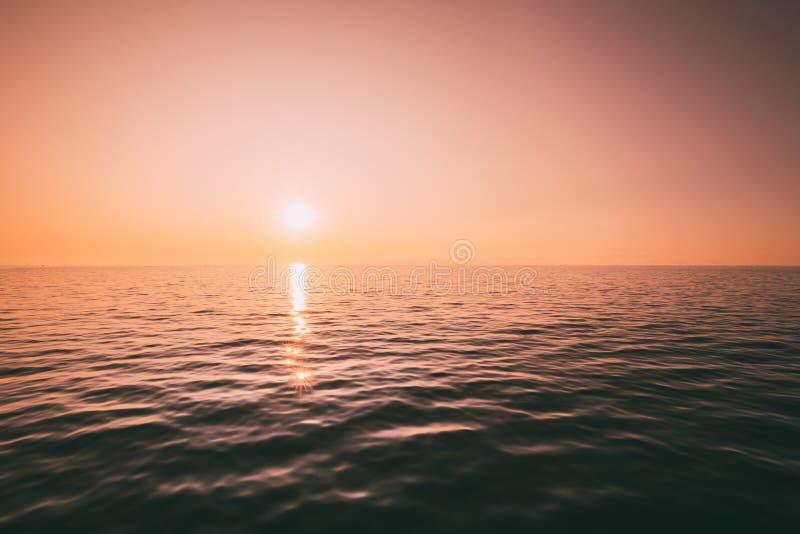 Zonsondergang boven Overzeese Horizon bij Zonsondergang De natuurlijke Warme Kleuren van de Zonsopganghemel stock afbeeldingen