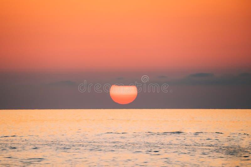 Zonsondergang boven Overzeese Horizon bij Zonsondergang De natuurlijke Warme Kleuren van de Zonsopganghemel stock foto's