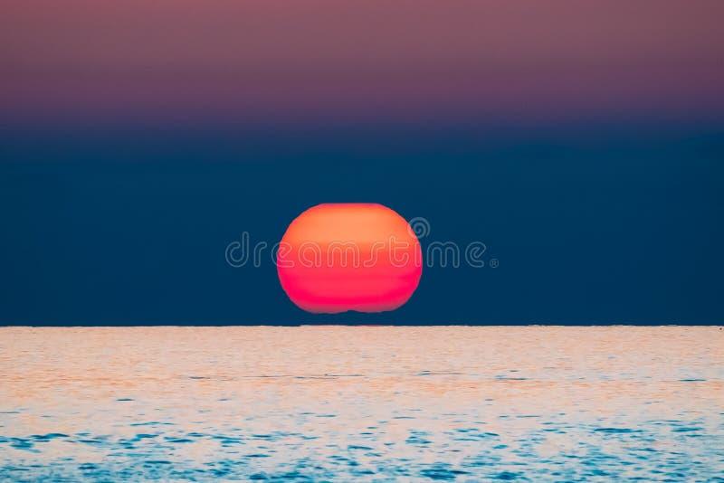 Zonsondergang boven Overzeese Horizon bij Zonsondergang De natuurlijke Warme Kleuren van de Zonsopganghemel stock foto