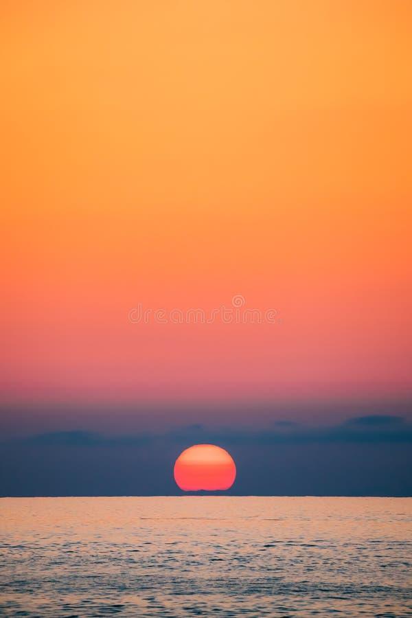 Zonsondergang boven Overzeese Horizon bij Zonsondergang De natuurlijke Warme Kleuren van de Zonsopganghemel royalty-vrije stock fotografie