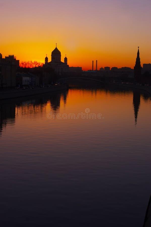 Zonsondergang boven stad royalty-vrije stock foto's