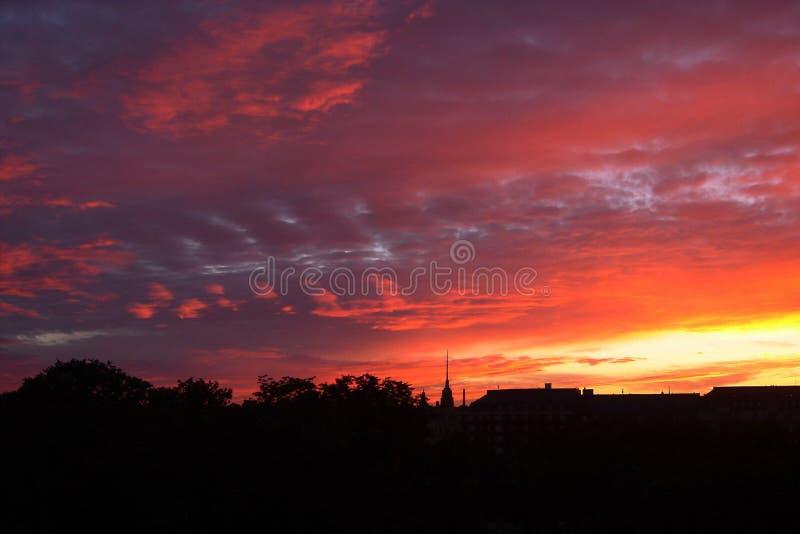 Zonsondergang boven stad stock fotografie