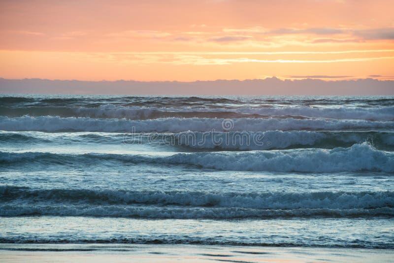 Zonsondergang boven Tasman-Overzees, Nieuw Zeeland royalty-vrije stock afbeeldingen