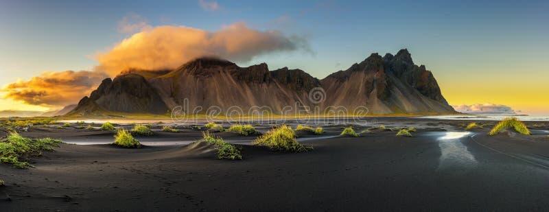 Zonsondergang boven Vestrahorn en zijn zwart zandstrand in IJsland royalty-vrije stock foto