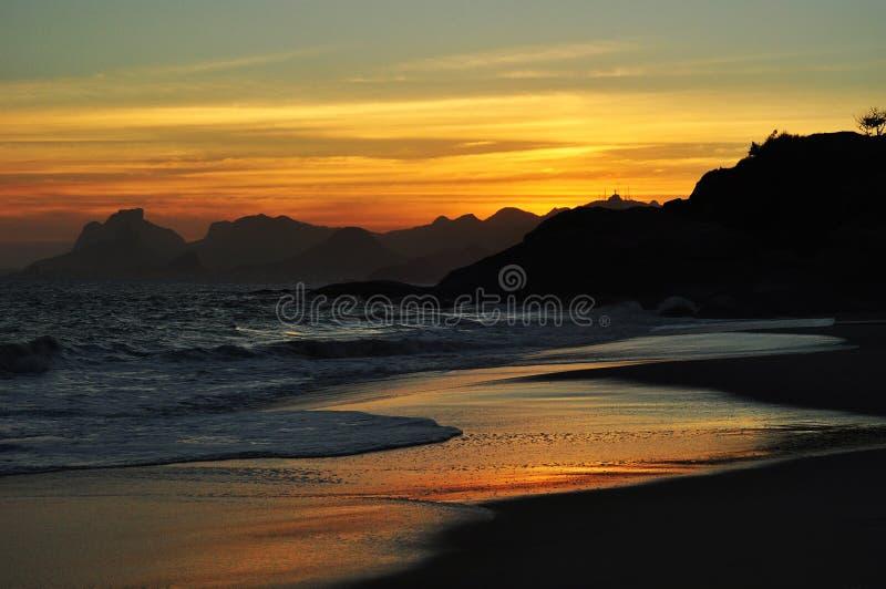 Zonsondergang in Camboinhas, Niterà ³ i, Rio de Janeiro royalty-vrije stock afbeeldingen