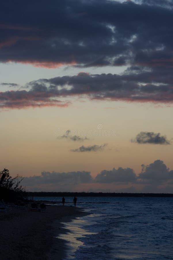 Zonsondergang in Caribbeans met een bewolkte hemel stock fotografie