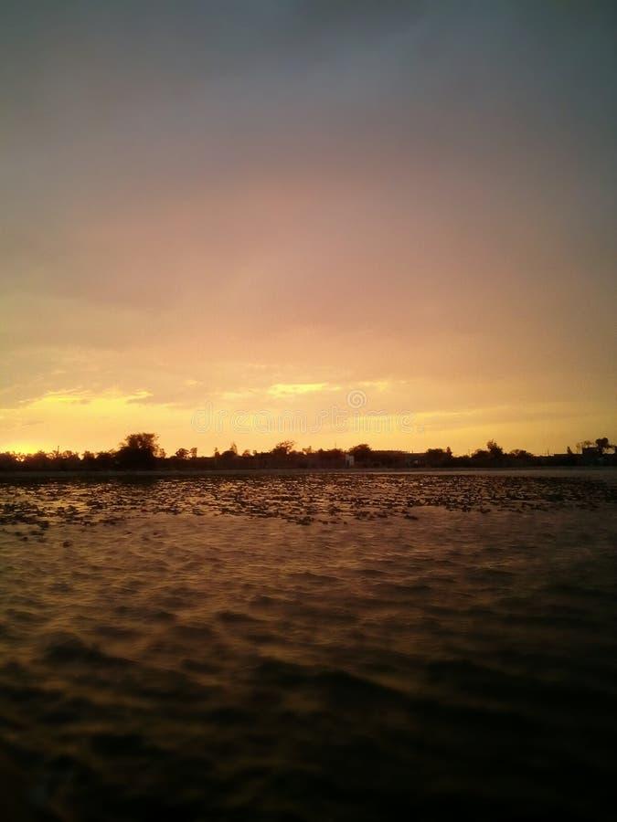 Zonsondergang in de avond royalty-vrije stock afbeeldingen