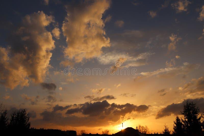 Zonsondergang in de avond hemel met gouden wolken in de avond Natuurlijke achtergrond voor recenter ontwerp Voorspelling van weer royalty-vrije stock foto's
