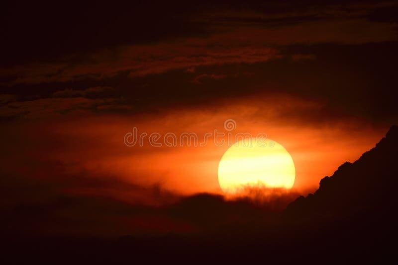 zonsondergang in de avond met donkere wolken en zwarte tinten royalty-vrije stock foto's