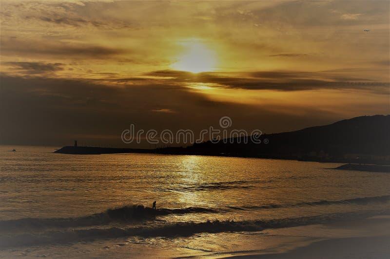 Zonsondergang in de baai van Sesimbra ` s royalty-vrije stock foto's
