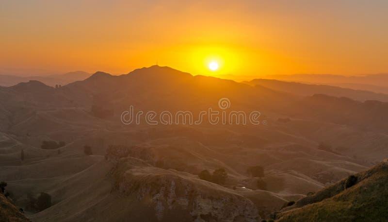 Zonsondergang in de berg dichtbij Waikaremoana Nieuw Zeeland stock fotografie