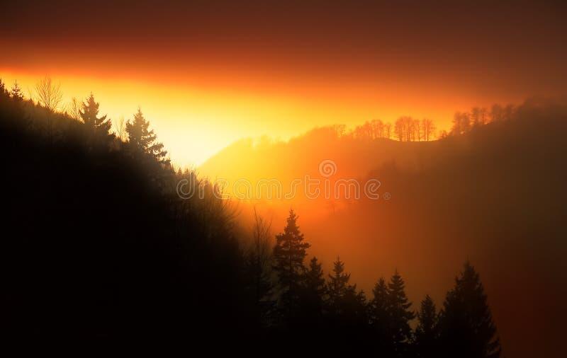 Zonsondergang in de bergen stock afbeelding