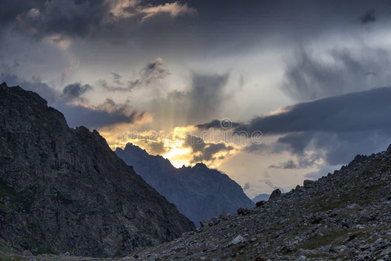 Zonsondergang in de bergen royalty-vrije stock foto's