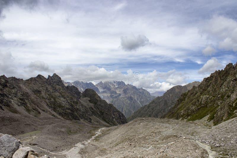 Zonsondergang in de bergen stock afbeeldingen