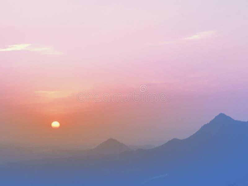 Zonsondergang in de bergen royalty-vrije stock afbeelding