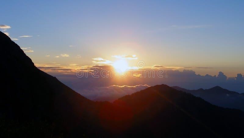 Zonsondergang in de bergen van het Eiland Corsica, mening van Toevluchtsoord DE Pietra Piana, trekkingsroute gr.-20 royalty-vrije stock afbeeldingen