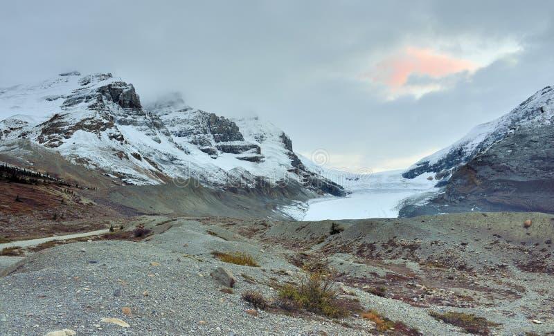 Zonsondergang in de Canadese Rotsachtige Bergen langs het Icefields-Brede rijweg met mooi aangelegd landschap tussen Banff en Jas stock foto