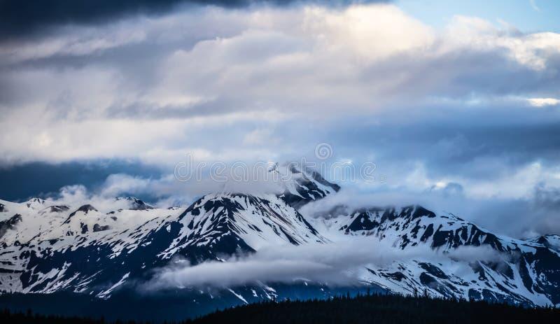 Zonsondergang in de fjorden van Alaska in modderbaai dichtbij sjagway royalty-vrije stock afbeelding