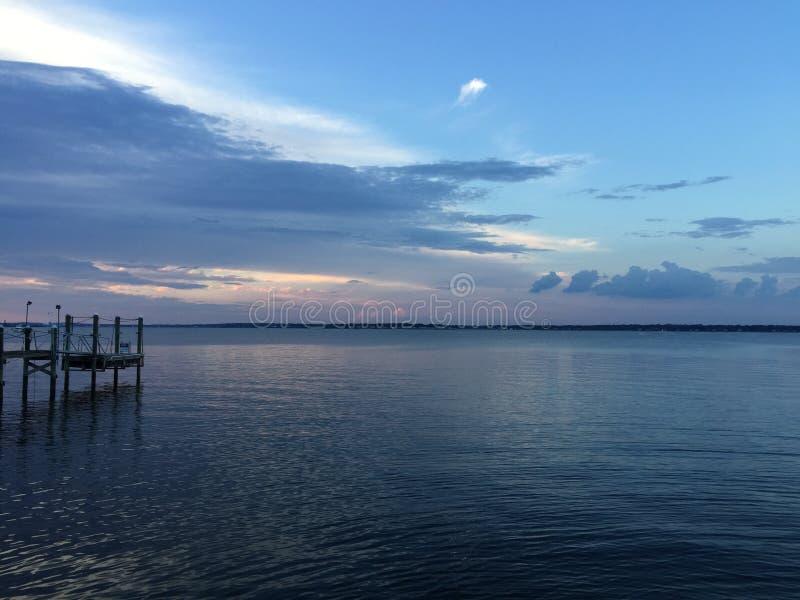 Zonsondergang in de haven/de haven stock fotografie