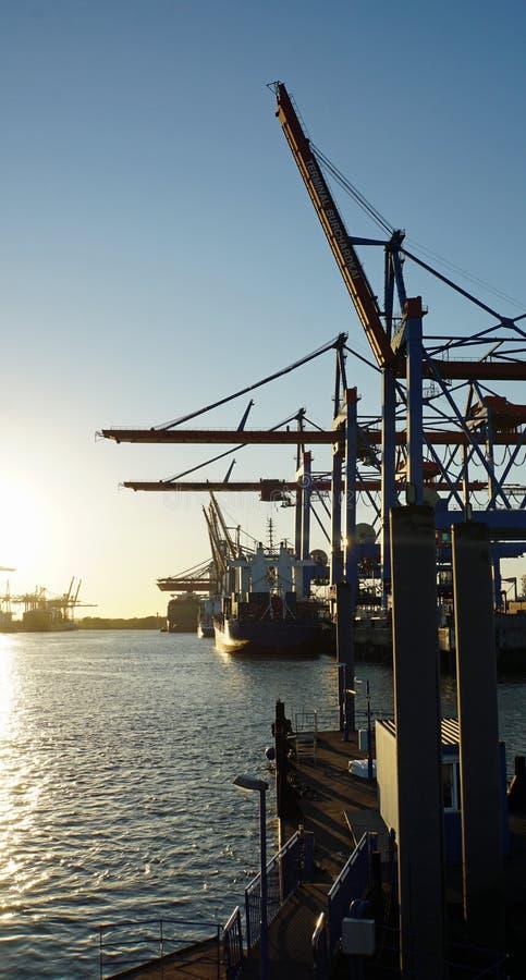 Zonsondergang in de haven van Hamburg royalty-vrije stock fotografie
