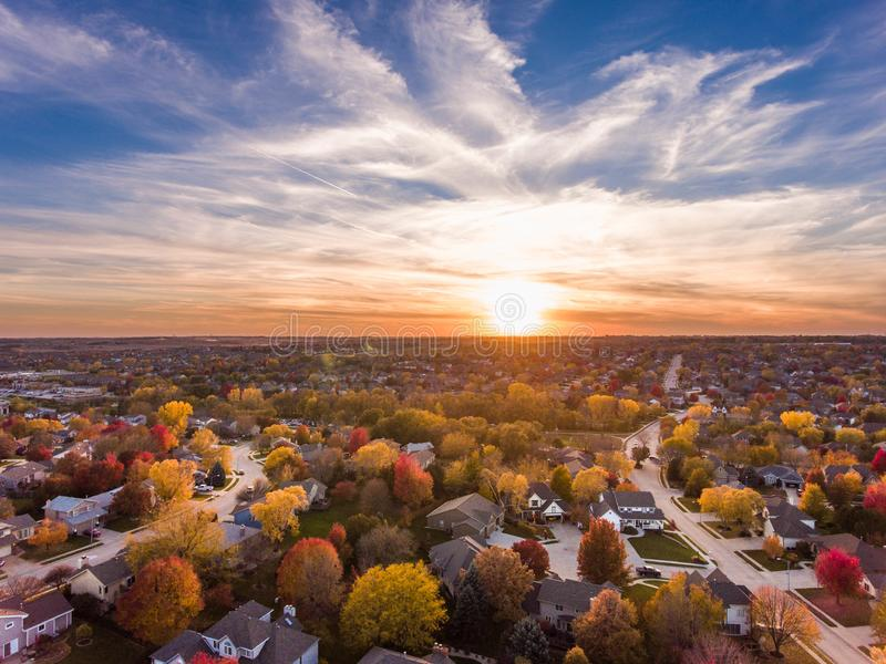 Zonsondergang in de herfst over de voorsteden royalty-vrije stock afbeeldingen