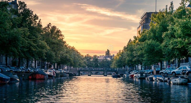 Zonsondergang in de Kanalen van Amsterdam stock foto's
