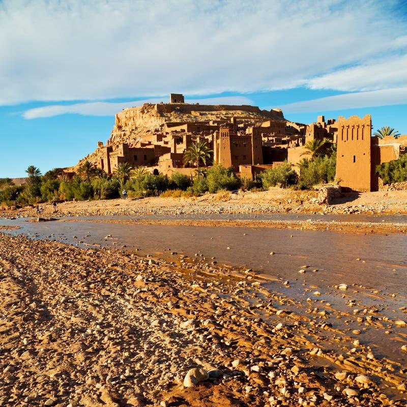 zonsondergang in de oude bouw van Afrika dichtbij het rivierblauw stock foto