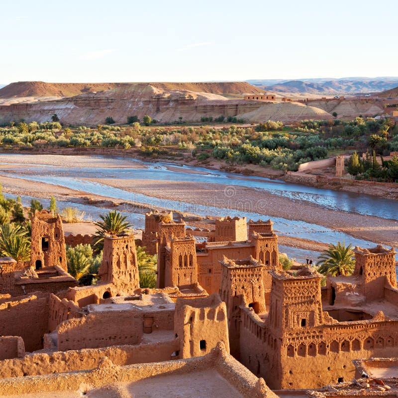 zonsondergang in de oude bouw van Afrika dichtbij het rivierblauw stock afbeelding