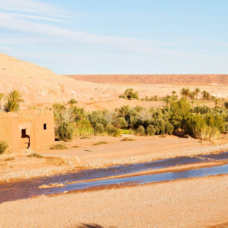 zonsondergang in de oude bouw van Afrika dichtbij het rivierblauw stock fotografie