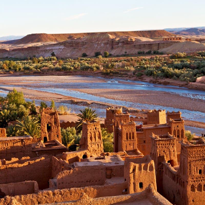 zonsondergang in de oude bouw van Afrika dichtbij het rivierblauw royalty-vrije stock fotografie