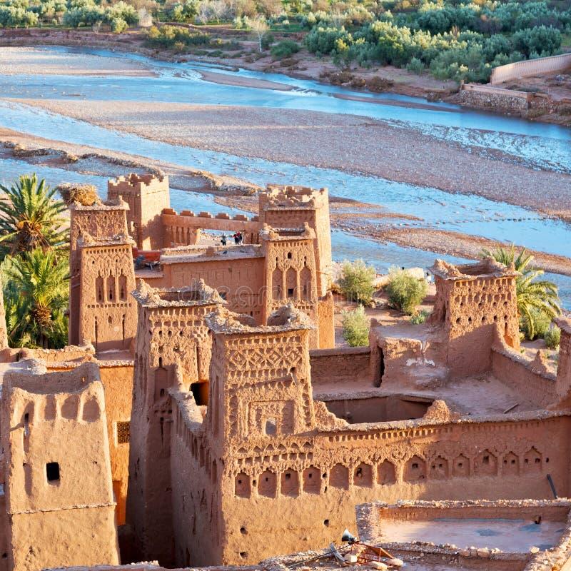zonsondergang in de oude bouw van Afrika dichtbij het rivierblauw stock afbeeldingen