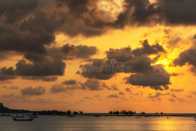 Zonsondergang, de overzeese golven, vissersboot royalty-vrije stock afbeelding