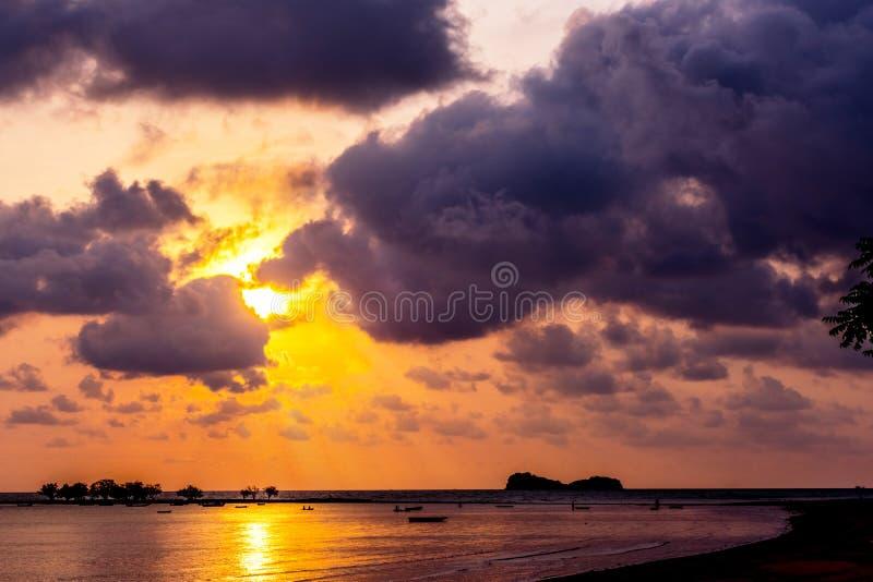Zonsondergang, de overzeese golven, vissersboot in Thailand royalty-vrije stock foto