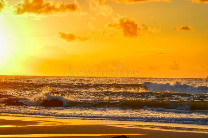 Zonsondergang in de overzeese Heldere zon in de hemel Strand stock fotografie